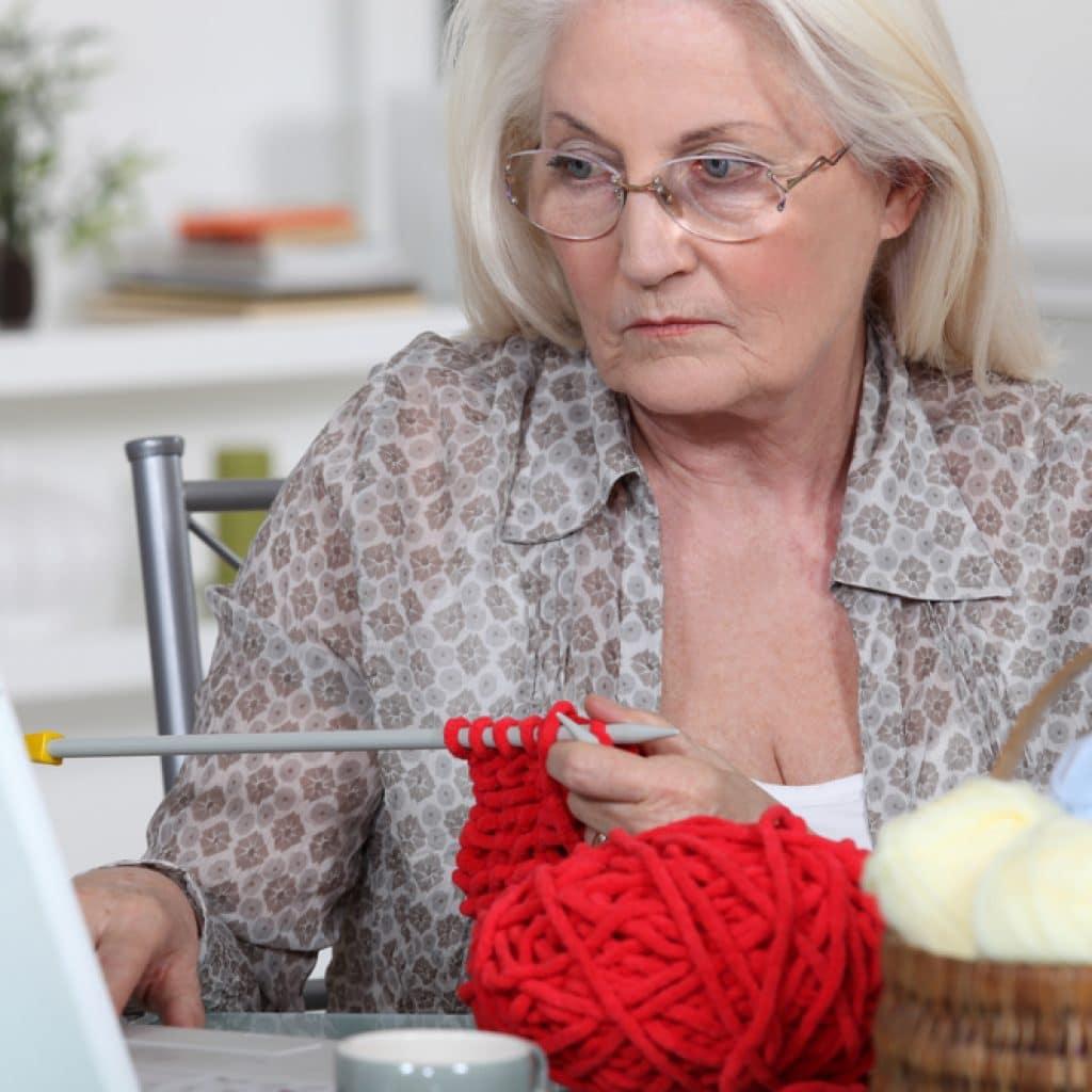 Пожилая женщина вязание