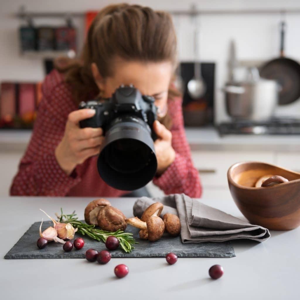 инстаграм блогер фотографирует еду