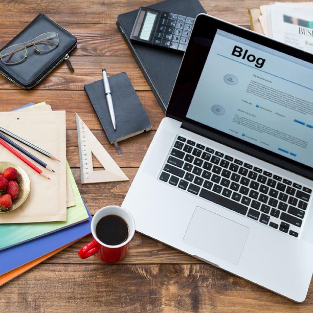 ноутбук на столе и открыт блог