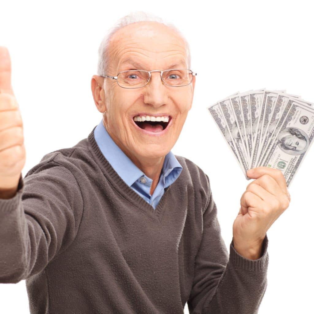 пенсионер с пачкой денег