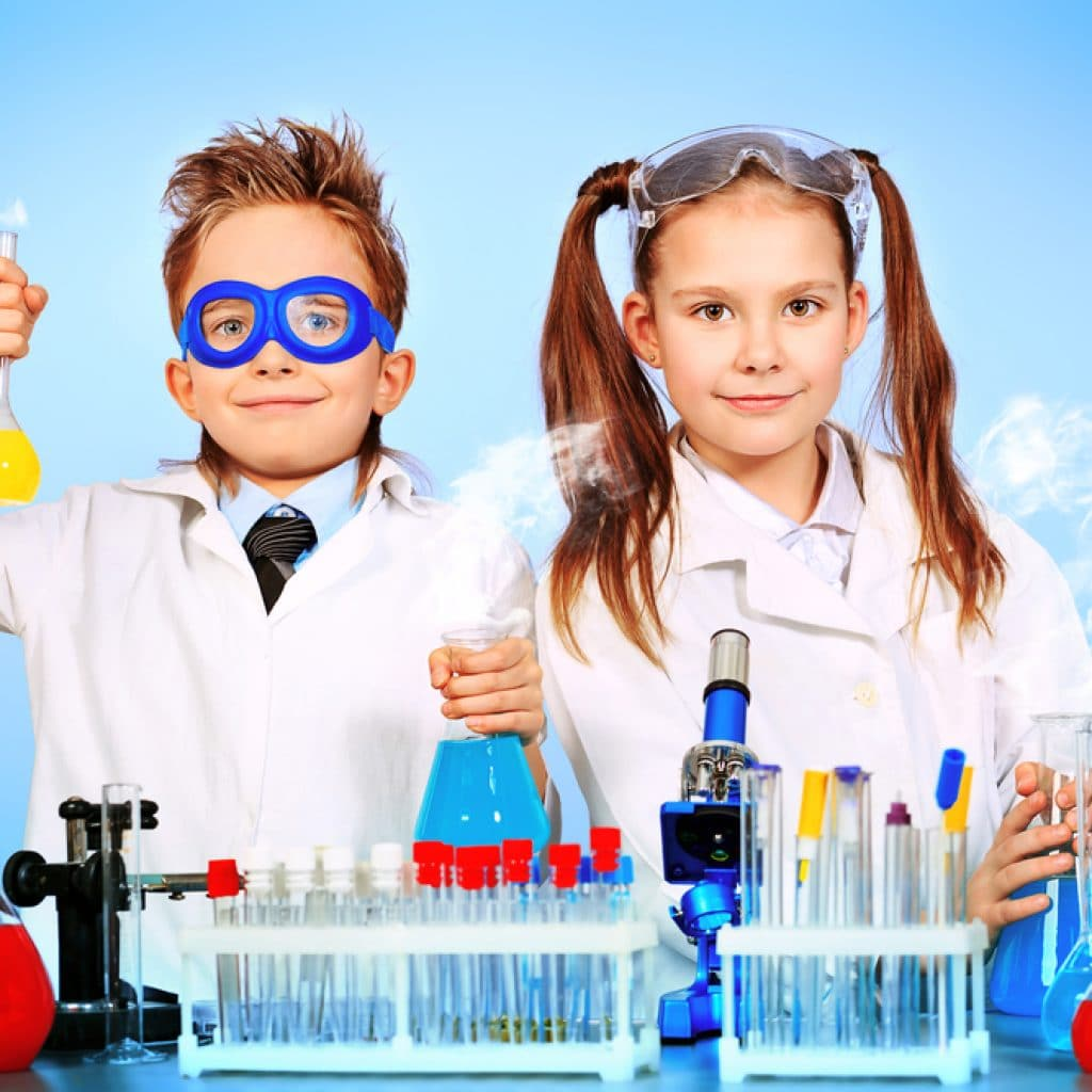 двое детей, делают научный эксперимент