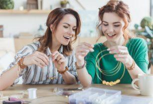 девушки плетут из бисера