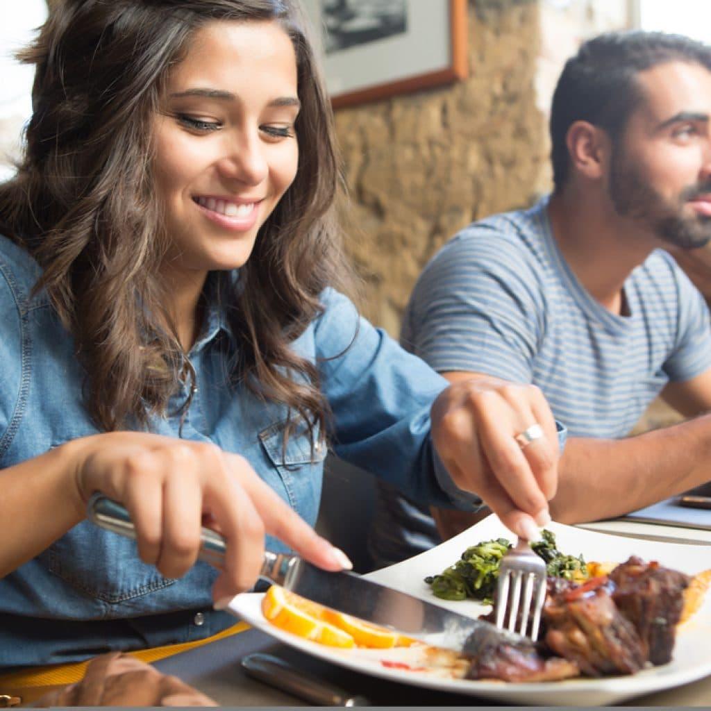 молодая пара в ресторане