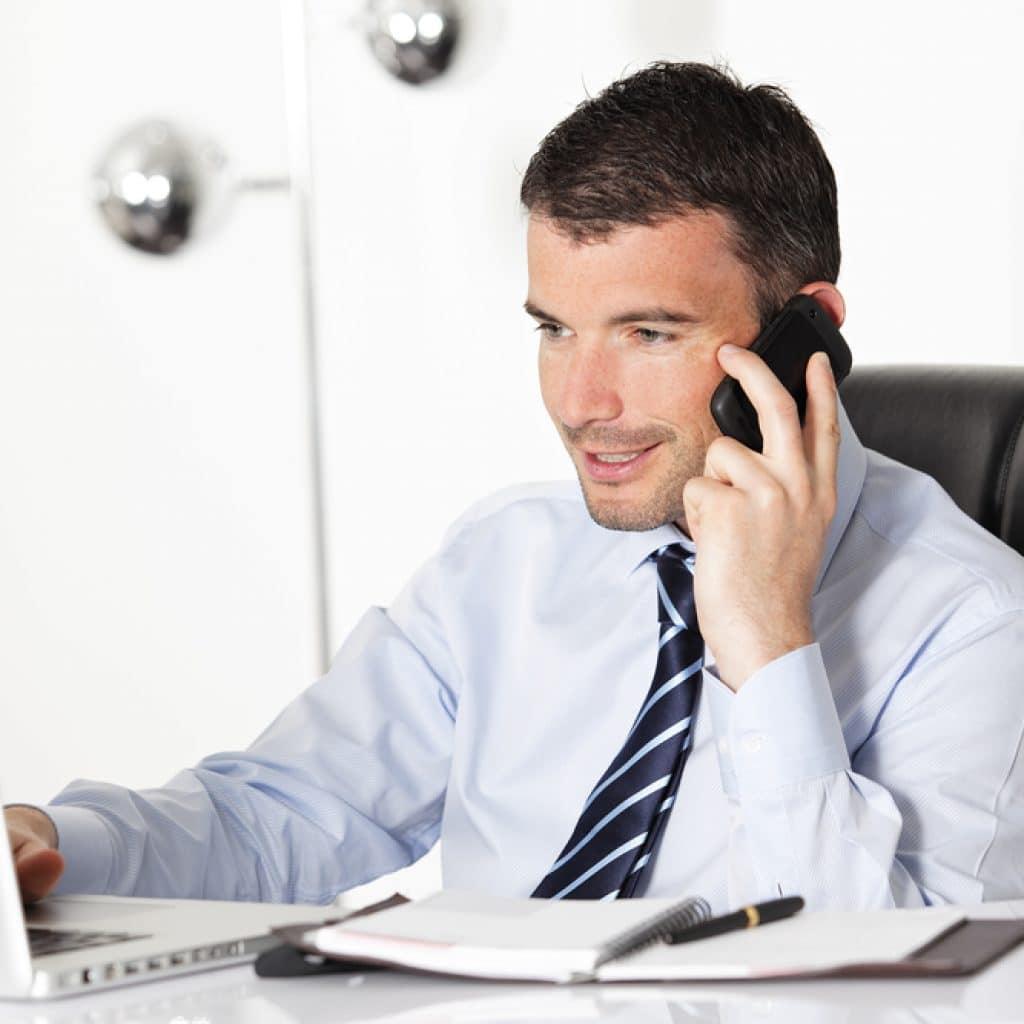 молодой человек консультирует по телефону
